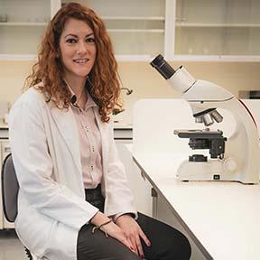 alumna con microscopio